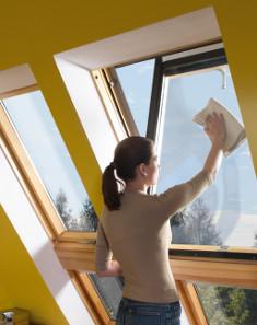 Blokowanie i mycie okna dachowego